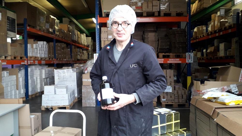 Photo de Bruno Schafter, dirigeant de LFC qui livre un don de gel hydro-alcoolique